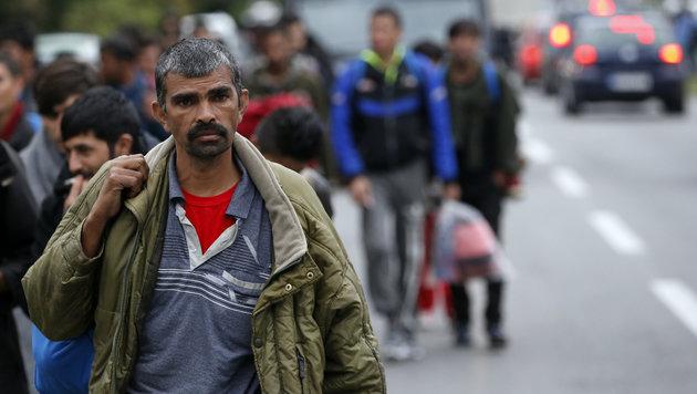 Flüchtlingsmarsch in Serbien gestoppt (Bild: ASSOCIATED PRESS)