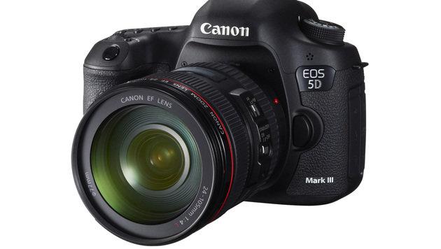 Canon EOS 5D Mark III mit dem 24-105 mm f/4 (Bild: Canon)