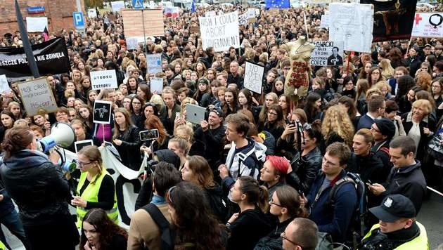 Polen: Parlament gegen totales Abtreibungsverbot (Bild: APA/AFP/JANEK SKARZYNSKI)
