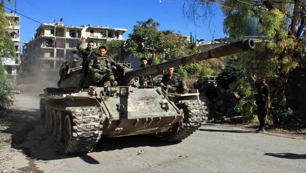 Soldaten der Assad-Armee in einem umkämpften Viertel Aleppos (Bild: APA/AFP/GEORGES OURFALIAN)