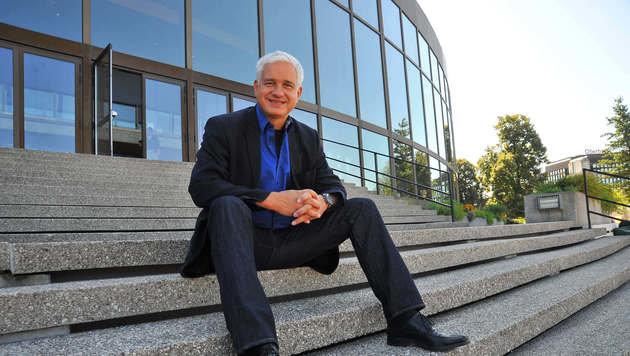 Frey ist seit 2013 Vorstand der LIVA und Chef im Brucknerhaus, vor dem er auf diesem Bild sitzt. (Bild: Horst Einöder)