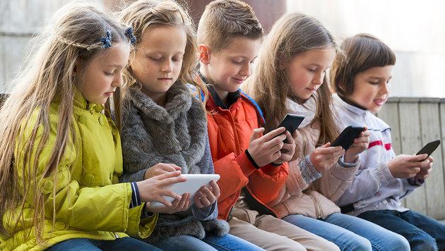 Spaß oder Ernst? Der Gebrauch von Smartphone und Co. ist jedenfalls auch für Kinder Alltag geworden. (Bild: thinkstockphotos.de)