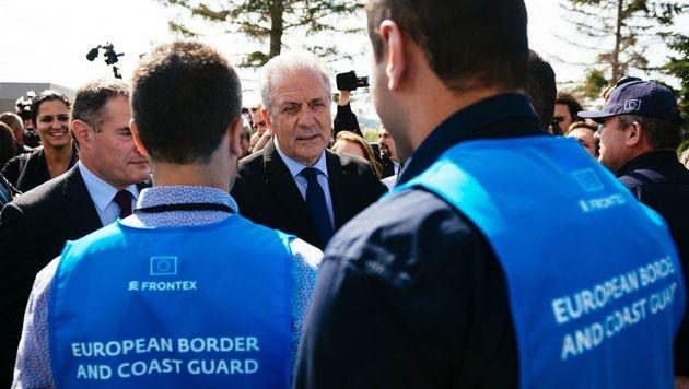 EU-Innenkommissar Dimitris Avramopoulos an der bulgarisch-türkischen Grenze (Bild: AFP)