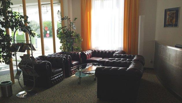 Teile dieser Sitzgarnitur stahlen Einbrecher aus dem geschlossenen Golfhotel in Waidhofen. (Bild: Polizei)