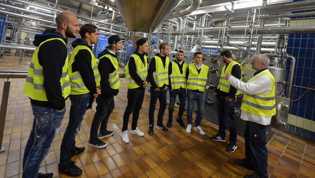 Bier brauen statt kicken: die Sturm-Graz-Spieler bei einem Besuch in der Puntigamer-Brauerei. (Bild: GEPA pictures / Guenter Floeck)