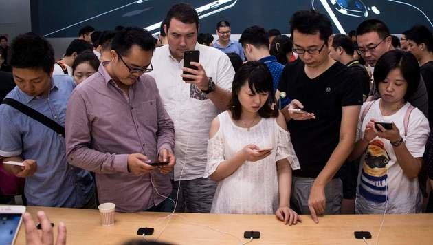Unpatriotisch: Wer ein iPhone kauft, wird gefeuert (Bild: APA/AFP/JOHANNES EISELE)