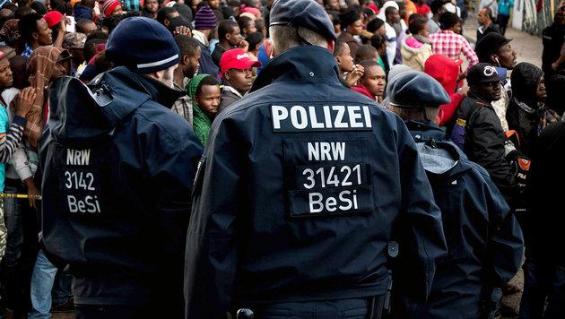 """Merkel kündigt """"nationale Kraftanstrengung"""" an (Bild: APA/AFP/GUILLERMO ARIAS, APA/AFP/PATRIK STOLLARZ)"""