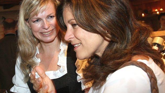 Claudia Reiterer (li.) mit Ingrid Thurnher (Bild: APA/OLIVER WOLF)