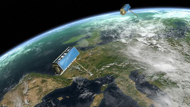 """""""TerraSAR-X"""" und """"TanDEM-X"""" im Formationsflug über der Erde (Bild: DLR)"""
