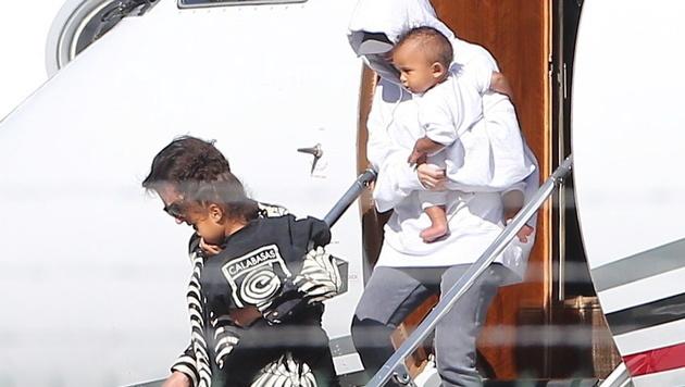 Kim Kardashian und Kris Jenner mit North und Saint in Los Angeles (Bild: Viennareport)