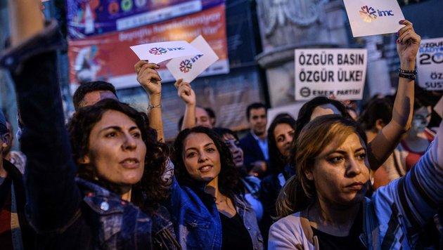 Angestellte und Unterstützer eines verbotenen pro-kurdischen TV-Senders demonstrieren in Istanbul. (Bild: APA/AFP/OZAN KOSE)