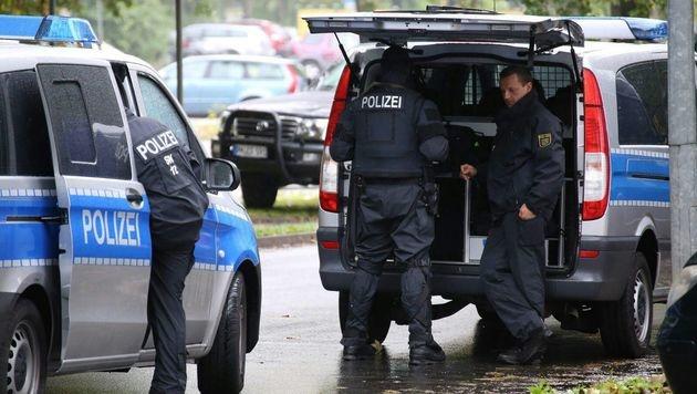 Eine Warnung des Verfassungsschutzes führte zu dem Polizeieinsatz in Chemnitz. (Bild: APA/dpa/Bernd März)