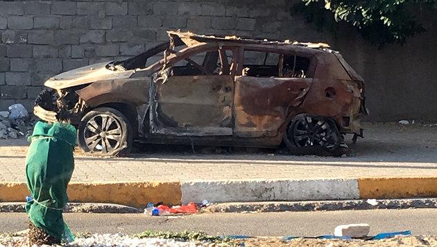 Einschusslöcher und bei Terroranschlägen zerstörte Autos als Mahnmal des Grauens (Bild: Clemens Zavarsky)