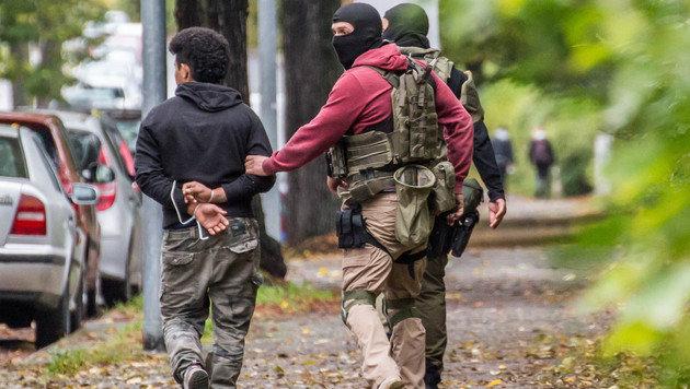 Dieser Verdächtige wurde im Zusammenhang mit der Razzia in Chemnitz verhaftet. (Bild: APA/dpa-Zentralbild/Bernd März)
