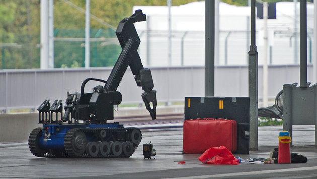 Ein Sprengstoffroboter untersuchte diesen roten Koffer, den die Verdächtigen bei sich hatten. (Bild: Associated Press)