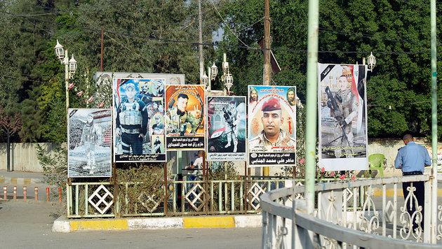 Vielerorts säumen Bilder irakischer Soldaten, die im Kampf gegen den IS gefallen sind, die Straßen. (Bild: Clemens Zavarsky)