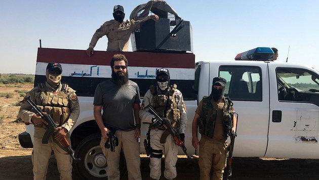 """""""Krone""""-Reporter Clemens Zavarsky (2.v.li.) mit Spezialeinheiten der irakischen Polizei (Bild: Clemens Zavarsky)"""
