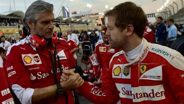 Vettel mit seinem Ferrari-Teamchef Arrivabene (Bild: AFP)