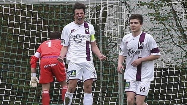 Mattsee-Goalgetter Florian Neuhofer (li.) traf nach Drei-Spiele-Sperre gegen den HSV dreifach. (Bild: Andreas Tröster)
