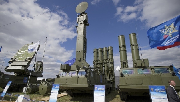 Das russische Raketenabwehrsystem S-300 bei einer Militär-Leistungsschau im Jahr 2013 (Bild: Copyright 2016 The Associated Press. All rights reserved.)