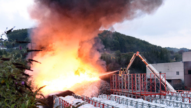 Um das Feuer unter Kontrolle  bringen zu können, wurde  es von den Helfern aus der Luft bekämpft (Bild: Wolfgang Spitzbart)