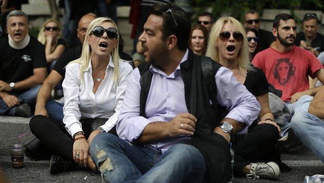 Griechische Journalisten protestieren in Athen gegen Senderschließungen. (Bild: ASSOCIATED PRESS)