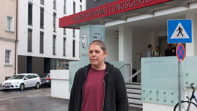 Alex Jürgen vor dem Landesverwaltungsgericht in Linz (Bild: APA/ANDREAS KRENN)