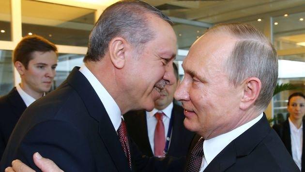Freundschaftliche Gesten für die Kameras zwischen Putin und Erdogan (Bild: APA/AFP/TURKISH PRESIDENTIAL PRESS OFFICE)