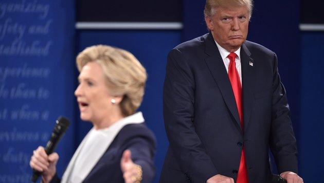 Hillary Clinton und Donald Trump bei der zweiten TV-Debatte zur US-Präsidentschaftswahl (Bild: APA/AFP/PAUL J. RICHARDS)