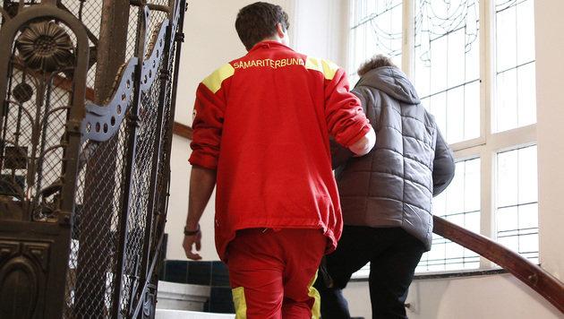 Ein Zivildiener des Samariterbundes hilft einer Person beim Treppensteigen. (Bild: APA/GEORG HOCHMUTH)