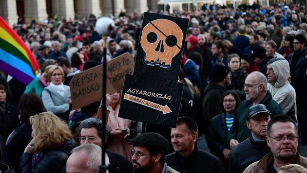 Journalisten der Zeitung und ihre Unterstützer demonstrieren vor dem Parlament in Budapest. (Bild: APA/AFP/ATTILA KISBENEDEK)