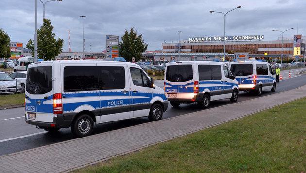 Nach dem Terroralarm in Chemnitz wurden die Sicherheitsvorkehrungen in Berlin-Schönefeld erhöht. (Bild: APA/dpa/Maurizio Gambarini)