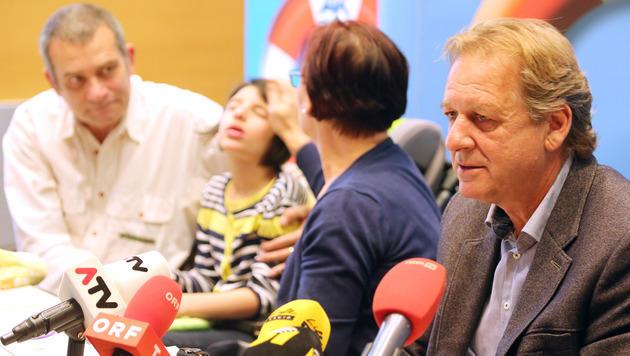 AK-Präsident Erwin Zangerl hat die Familie tatkräftig unterstützt. (Bild: Christof Birbaumer)