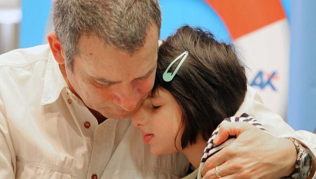 Die achtjährige Nadina mit ihrem Vater (Bild: Christof Birbaumer)