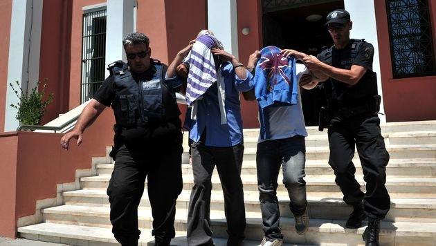 Zwei der acht geflohenen Soldaten vor dem Gericht in der Hafenstadt Alexandroupoli (Bild: APA/AFP/SAKIS MITROLIDIS)