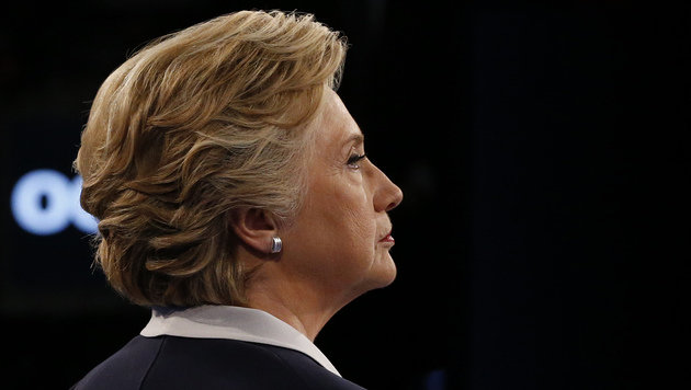 Clinton eine Woche vor Wahl von Trump überholt (Bild: APA/AFP/POOL/JIM BOURG)