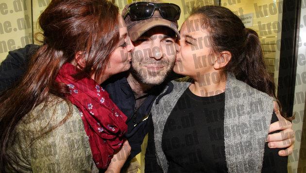 Lisa F. und Tochter küssen den Heimkehrer am Flughafen Schwechat. (Bild: Andi Schiel)