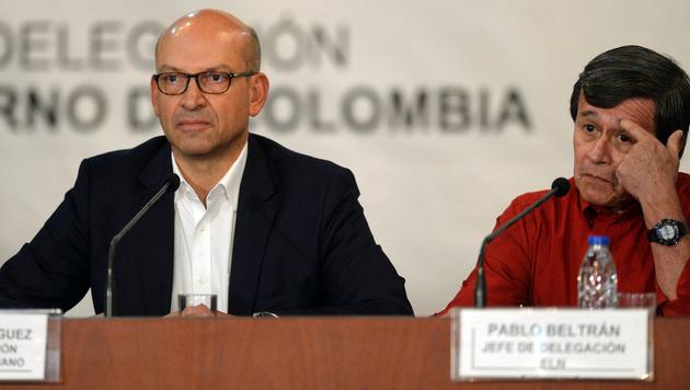 Die Chefverhandler Mauricio Rodriguez (Regierungsdelegation, links) und Pablo Beltran (ELN, rechts) (Bild: APA/AFP/FEDERICO PARRA)