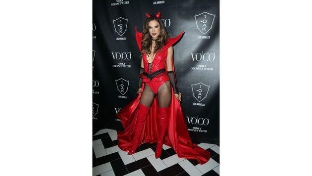 Auch in einem Engerl steckt ein Teufelchen - das bewies Alessandra Ambrosio mit diesem sexy Kostüm. (Bild: Viennareport)
