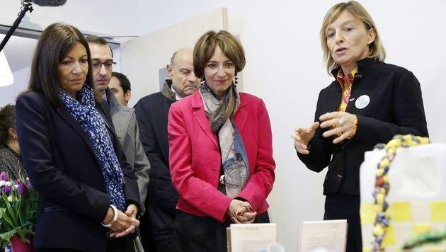 """Bürgermeisterin Anne Hidalgo (li.) und Gesundheitsministerin Marisol Touraine in der """"Fixerstube"""" (Bild: APA/AFP/POOL/PATRICK KOVARIK)"""
