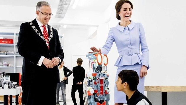 Der Roboter brachte Kate zum Lachen. (Bild: EPA)