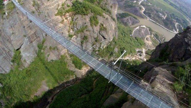 Dieser Hund hat riesige Höhenangst auf Glasbrücke (Bild: Ruptly.TV)