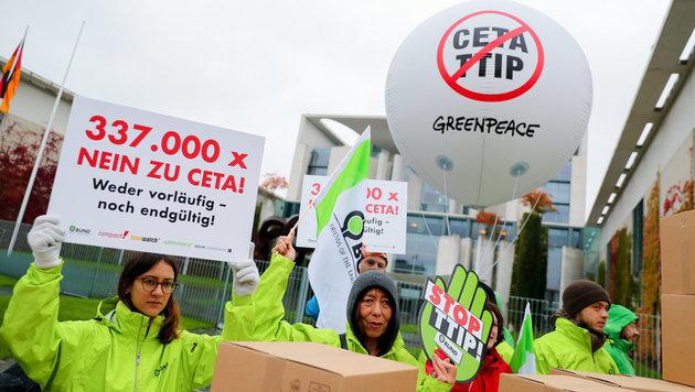 Höchstgericht am Zug: Letzter Anlauf zu CETA-Stopp (Bild: APA/dpa/Kay Nietfeld)