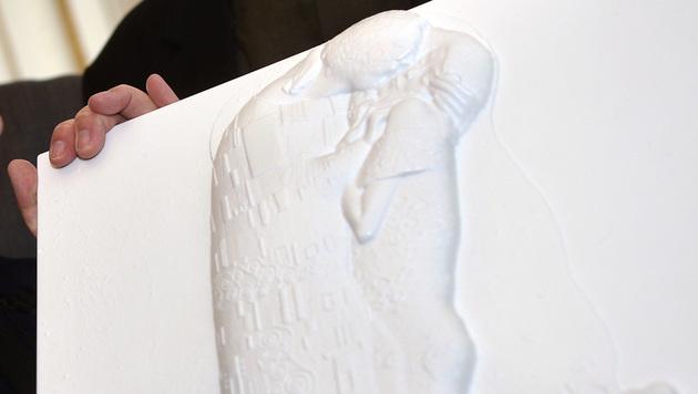 """3D-Drucker macht Klimts """"Kuss"""" für Blinde erlebbar (Bild: APA/HERBERT PFARRHOFER)"""