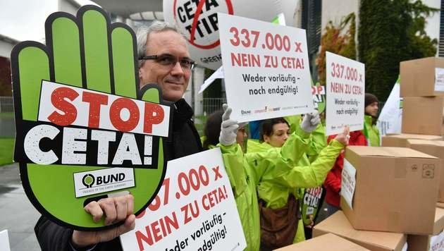 Gegen CETA wurde in vielen Ländern der EU protestiert. (Bild: AFP)
