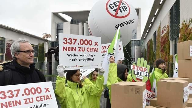 Höchstgericht am Zug: Letzter Anlauf zu CETA-Stopp (Bild: AFP)