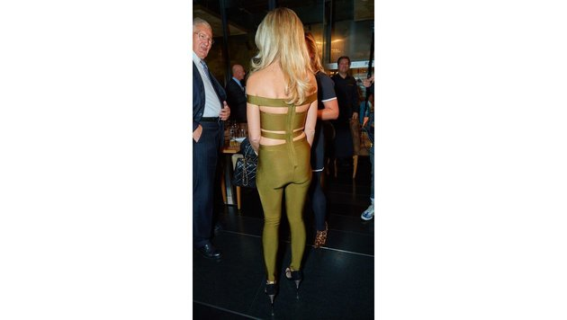 Von hinten sieht das Outfit leider nicht so geglückt aus ... (Bild: Starpix/ Alexander TUMA)