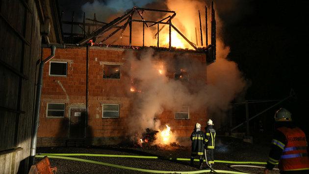 Der Feuerschein vom brennenden Anwesen in Waldneukirchen war weithin zu sehen. (Bild: laumat.at/Matthias Lauber)