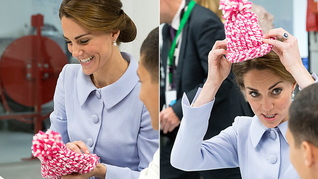 Beim Probieren der selbst gestrickten Hauben hatte Kate sichtlich Spaß. (Bild: Viennareport)
