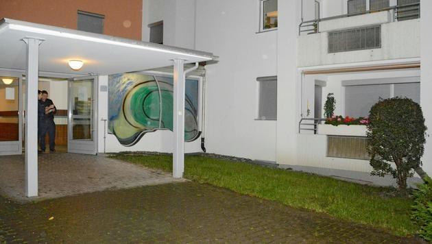 Polizisten vor dem Wohnhaus in Wörgl, wo es zu dem Überfall kam (Bild: APA/ZOOM.TIROL)